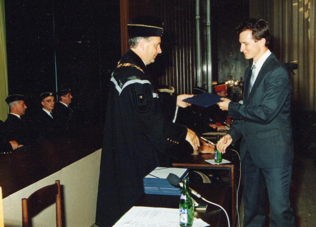 Jakub Unucka. Přebírání titulu VŠB-TUO, na slavnostní promoci v červnu 1992.